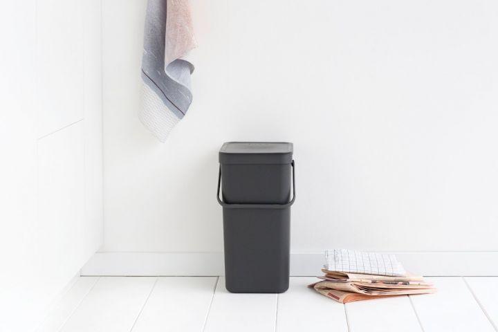 Moderne plastic prullenbak als emmertje zwart klein
